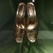 Очаровательные золотые   шлепанцы