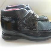 Кожаные ботинки Clarks при ходьбе светятся