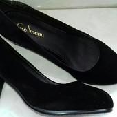 Красивенные велюровые туфельки на небольшом каблучке р36-38. с стразами сбоку.