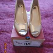 Туфли золотистого цвета