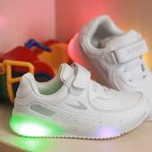 Супер крутые кроссы,  белые со светящиеся подошвой!!  26-29р!! на ножке супер)))