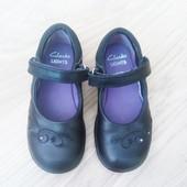 Маленькі шкіряні туфельки Clarks 24р. Мигають.