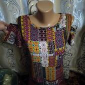 Яркая блуза с вырезами на плечах