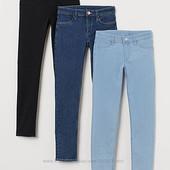 H&M зауженные джинсы, в лоте светло-голубые.