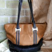 Качественная стильная женская сумка. Три отдельных отделения на молниях. Много карманов.
