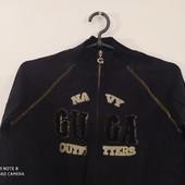 Черная спортивная куртка на парня.