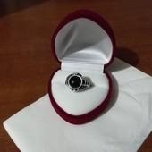 Кольцо с нутральным чёрным агатом и стразы. Размер 17
