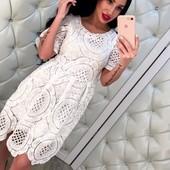 Эффектное и оригинальное платье слегка приталенного кроя с набивным кружевом