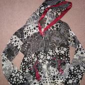 Оригинальная блузка с капюшоном и бордовой лентой