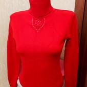 Яркий теплый красный свитер-гольф в идеале!