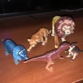 Фигурки динозавров и тигров