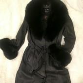 Шикарный кожаный(100%)длинный плащ-пальто с натуральным мехом Песец.Разм.М