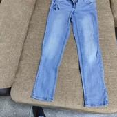 Стейчевые джинсы с вышивкой.