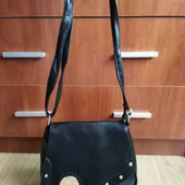 Качественная женская сумка кроссбоди, застегивается надежно.