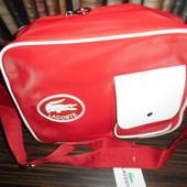 Вместительная спортивная сумка Lacoste. красная