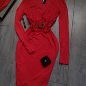 Бомбезное платье карандаш кораловое с бляхой