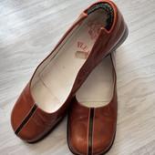 Фирменные красивые и модные туфли из натуральной лаковой кожи в отличном состояниир.40 стелька 26см.