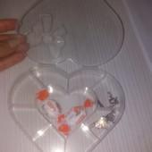 Пластиковый контейнер в форме сердца для хранения мелких нужных предметов.
