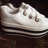 Белые кроссовки на платформе)