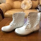 Білі чобітки 39 розміру!дуже практичні якісно прошиті