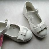 Білі, лакові туфельки для дівчинки 27 р.
