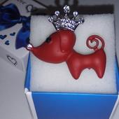 Хорошенькая яркая брошь,,Собачка'', украшена белыми цирконами и качественной эмалью, длина 3.7см/3см