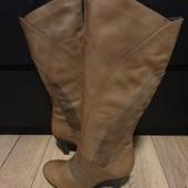 Високі чоботи із натуральної шкіри/нат.замші, мають легке утеплення 41 рр і устілка 27,5 см.