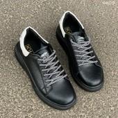 Черные кожаные кроссовки с белой пяткой