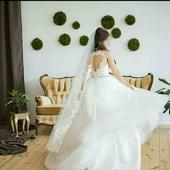 Свадебное платье со шлейфом и красивой открытой спинкой