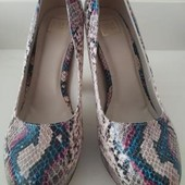 Супер стильные яркие туфли на платформе,змеиный принт