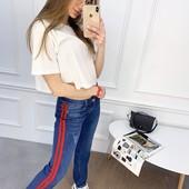 Хитярные весенние джинсы с лампасом