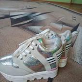 Красивые молодежные кроссовки на высокой платформе.