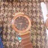 золотистий годинник на магнітній застібці розпродаж