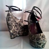 Нові фірмен.туфлі з PU - шкіри в чудовий принт метеликів роз.41