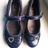 Туфли лаковые,декор брошь ,в отличном качестве