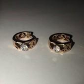 Мереживні сережки з сяючим камінцем. Якісна біжутерія. Довгий час не темніє та має привабливий вид