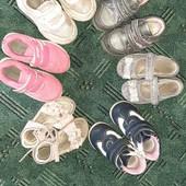 Шесть (6) пар обуви на девочку