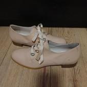 Закриті туфлі із натуральної лакованої шкіри зовні і нат.шкіри всередині 38 рр і 24,5 см. Читаємо.
