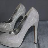 шикарные вечерние туфли , люкс. очень нарядно смотрятся! не заношены, небольшой нюанс .